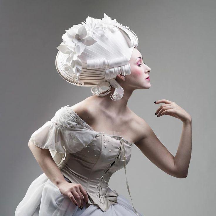 L'artiste russe Asya Kozina est passionnée par les habits et les coiffes de la période baroque. Elle a poussé son obsession pour cette époque jusqu'à réaliser des perruques et vêtements entièrement en papier.  Son travail et sa minutie sont clairement stupéfiants, chaque pièce est un savent mélange de finesse et d'élégance. L'utilisation du papier blanc immaculé permet à Asya pratiquement toutes les fantaisies, son travail symbolise la beauté mais aussi la fragilité de l'univers de la mode.