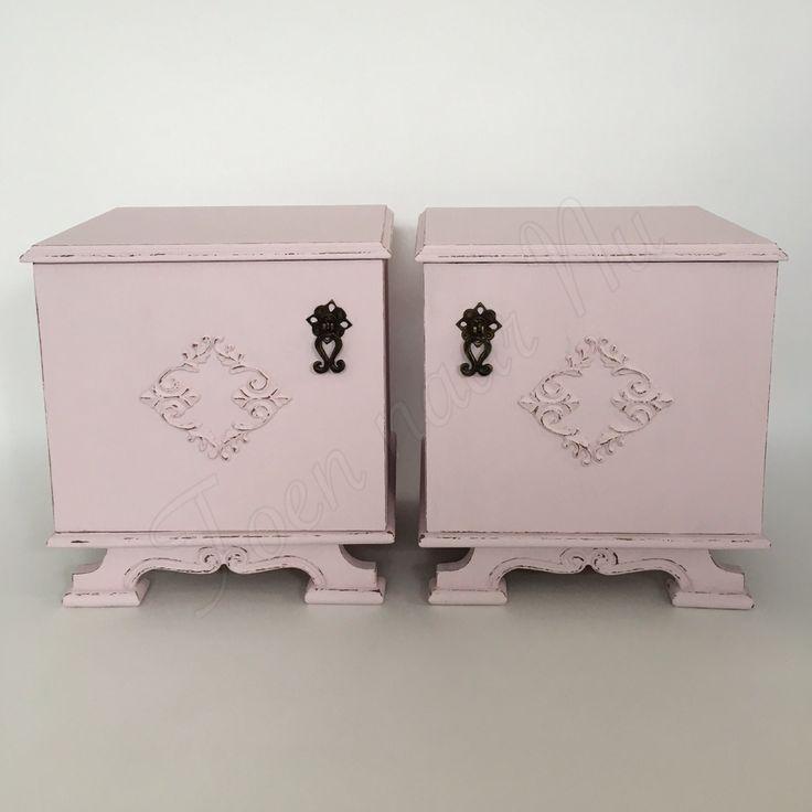 Brocante/vintage nachtkastjes Gerestyled in zacht~roze Made by toen naar Nu