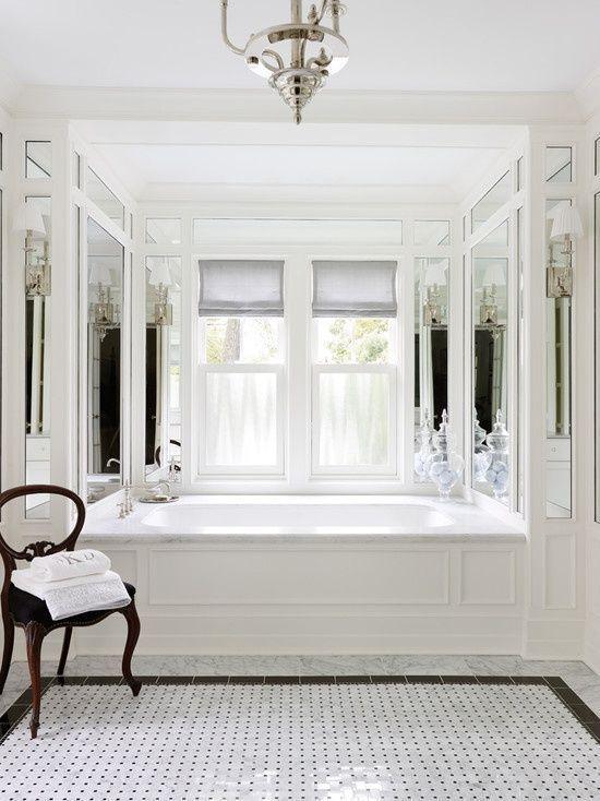 naturalne odcienie plytek biala obudowa wanny duze okno w lazience plytki podlogowe