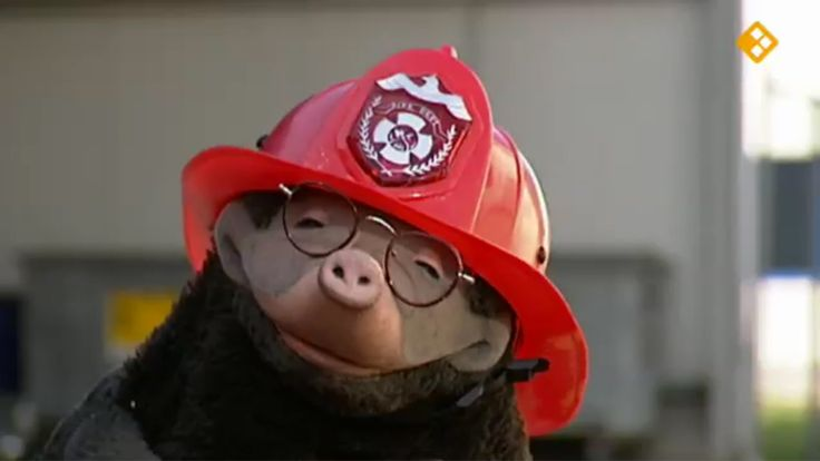 Thema: Werk. Moffel en Piertje zijn bij de brandweer. Ze wachten op de eerste brand. Dat kan nog even duren en uit verveling drukt Moffel per ongeluk de rode knop in. Voordat hij het weet zit hij in de brandweerauto met alle brandweermannen.