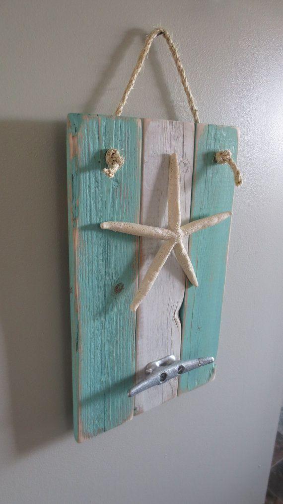 Étoile de mer Decor océan Decor bateau cale crochets  L'INSPIRATION : L'ouragan de sable.  Je vis dans une communauté côtière qui a été touchée par l'ouragan de sable. Beaucoup de maisons de mon voisin ont été détruits. J'ai regardé autour de tous les débris et feutre obligé de faire quelque chose de beau, « a-citrons-dans-limonade chose un peu ». Mon neveu et j'ai mis la clôture dans ma cour ; Sandy a pris vers le bas. Maintenant, un morceau de cette escrime, reconverti en art, se bloque…