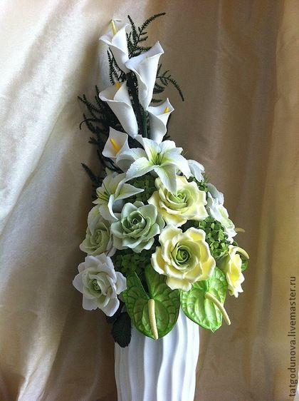 Букет в гостиную. Роскошный букет  в нежной желто-зеленой гамме  прекрасно подойдет для украшения обеденного стола в гостиной или зеркальной консоли в холле.     Букет состоит из садовых роз, лилий, калл, антуриумов и соцветий калины.