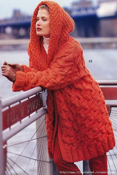 Оранжевое пальто с капюшоном