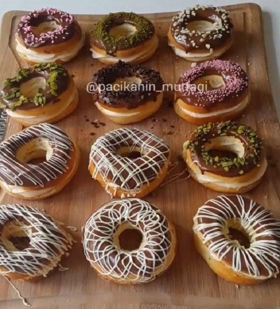 Gerçekten harika bir tarif 😊 Yumuşacık hamuru nefis kreması ve çikolatadıyla muhteşem bir bütün 😍 Şekil olarak donut desekte lezzet o..