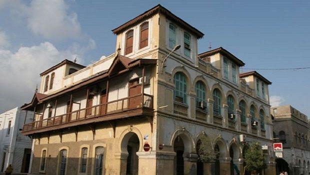 Djibouti n'a pas de tradition d'architecture urbaine. L'architecture indigène des siècles précédents se trouve dans les capitales des sultanats de Raheita et de Tadjoura, avec leurs vieilles mosquées et les centres-villes. La ville de Djibouti a été conçue par les…