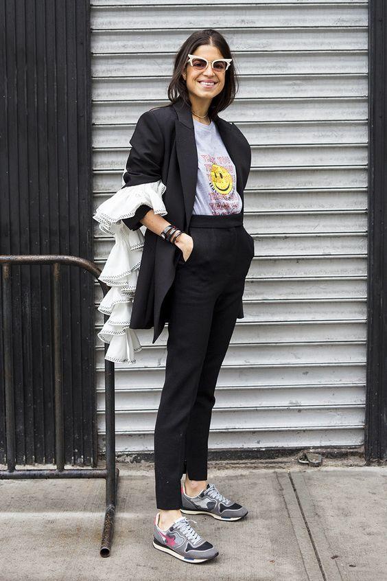 Dupla estilosa: Terninho + tênis. Leandra medine, t-shirt cinza estampada, blazer preto, calça de alfaiataria preta, tênis esportivo cinza