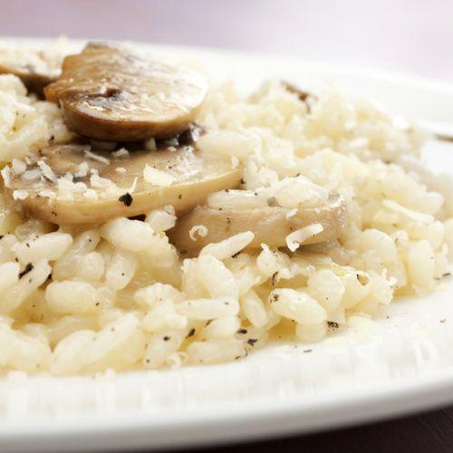 Italské rizoto nemá pranic společného se vzpomínkou, jakou v nás zanechaly mnohé školní jídelny v podobě vařené rýže promíchané s masem a sterilovanou zeleninou. Italské rizoto je hebké, krémové a přímo návykové