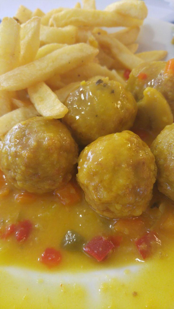 Albóndigas de ternera, con patatas fritas como acompañamiento, su salsita especial y en este caso unas verduritas suaves.