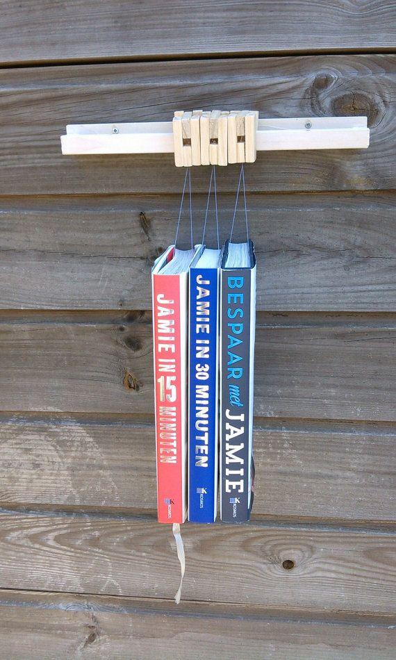 Aparte boekenplank, welke zwevende boeken veroorzaakt! Per boek gebruik je een hanger, welke je over de houten rail hangt. Door het gebruik van vislijn,