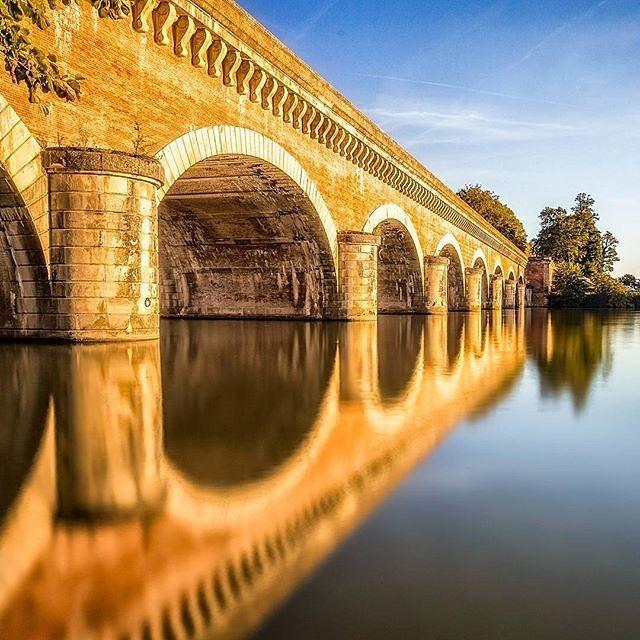Qui enjambe le Tarn ? Le majestueux Pont Canal du Cacor réalisé vers 1845. Utilisation de la pierre du Quercy et de la brique toulousaine. photo prise par @stibou5, merci à vous. #tourismemidipy #france #igersfrance #moissac #cacor