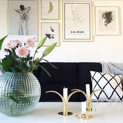 Vi har äntligen fått upp tavelväggen bakom soffan  Vad ska ni hitta på idag? Jag tvättar gardiner och ska snart kila bort till blomsterlandet  || xo A  #hemtilloss  #Inredning #interiør #skandinaviskehjem #Kaptensgatan2 #Kvadrat52 #unikingenannanlik #Loppis #Interior #Interiör #nordiskehjem #myhome #mitthem #finahem #scandinavianhome #skönahem #inspoforjohanna #rebeqqa #inspoforjosefine #inspoforbisse #interior123 #hem #heminredning #homedecor #nordichomes #instahome