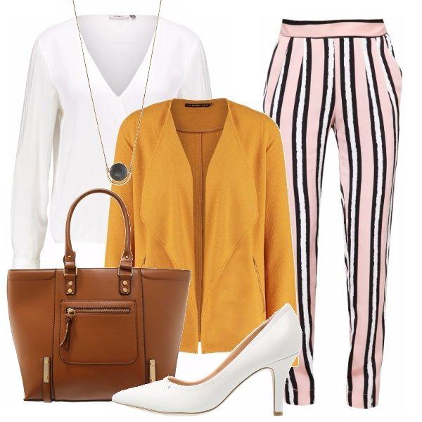 Camicia candida su pantalone dalla vestibilità comoda a maxi righe rosa, bianche e nere. Colori freddi scaldati dal giacchino leggero senape e dalla shopper color cuoio. Un rientro al lavoro con stile.