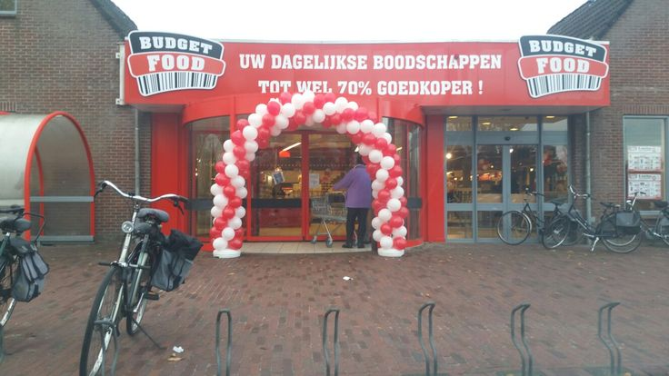 Opening van budgetfood Joure, wij mochten een boog maken en de winkel versieren met ballonnen