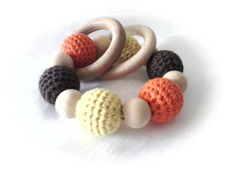 Anneau hochet bébé en perles de bois naturel et crochet marron orange et jaun