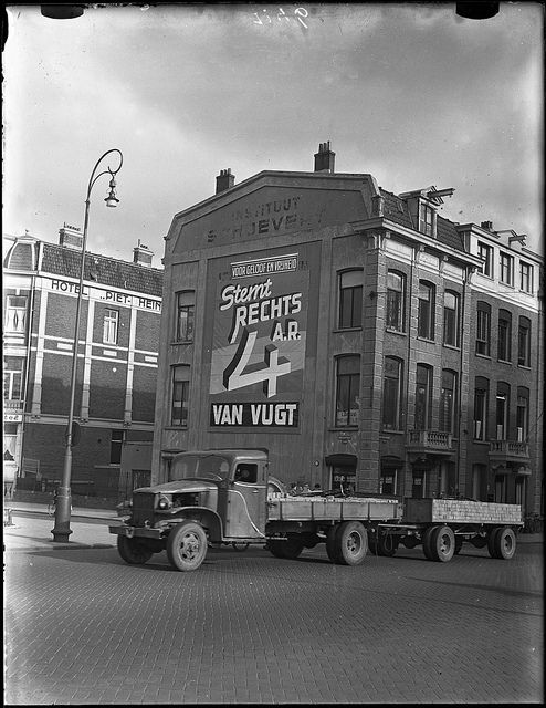 1950. View on the Van Baerlestraat corner Vossiusstraat. The election promotion of the right wing Anti Revolutionaire Partij (ARP) on the wall of the Instituut Schoevers suite reads: Vote Right Wing 4 A.R. Van Vught, for religion and liberty. Photo / AHF, Collectie IISG, Amsterdam / Ben van Meerendonk. #amsterdam #1950 #VanBaerlestraat
