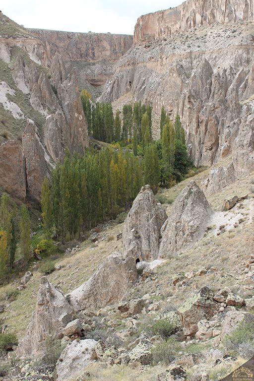 """Derevenk vadisi/Talas/Kayseri/// Adını bugün bulunmayan ama tarihi bir yerleşim yeri olduğu anlaşılan Derevenk köyünden alır. Türkçe """"dere"""" ve Ermenice kilise anlamına gelen """"venk"""" kelimesinden adını alan bölge, bugün daha araştırılmamış, sadece gömü avcılarının uğrak yeri olmuş birçok mağaraya sahiptir."""