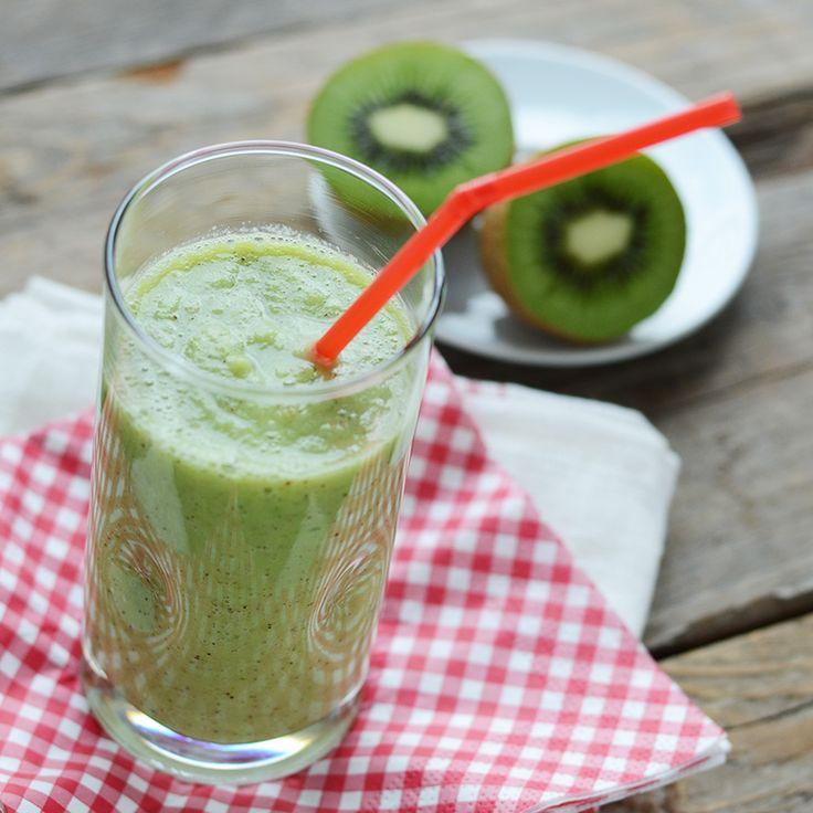 Verwijder de schil en het klokhuis van de appels en kiwi's en snijd ze in stukken. Voeg het fruit in de blender en mix het met (soja)yoghurt. Naar we