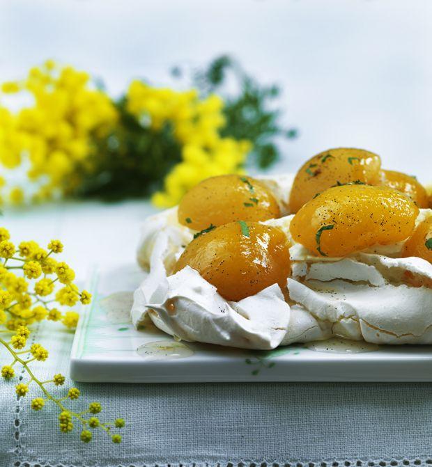 Prøv en anderledes forårskage med marengsbunde og de sødeste vaniljesyltede ferskner - den perfekte afslutning ovenpå en fyldig påskefrokost!
