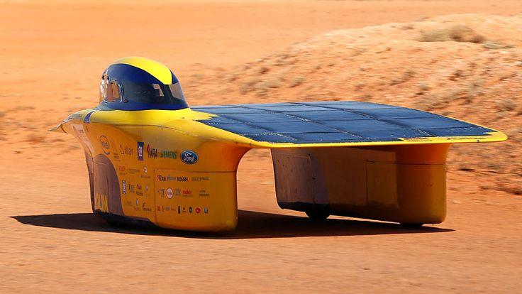 - O carro Aurum, criado pela equipe da Universidade de Michigan, participa de competição entre Darwin e Adelaide, na Austrália. Foto: AFP Photo / 2015 World Challenge Solar