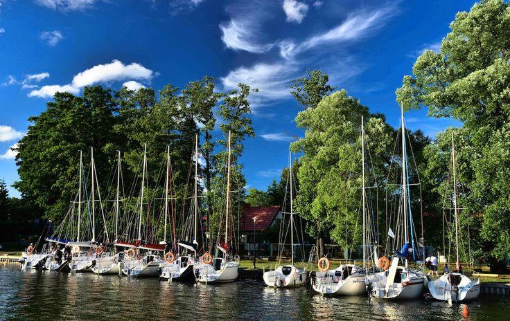 Położenie bezpośrednio nad jeziorem, własny port i marina to główne atuty hotelu Mazurski Raj