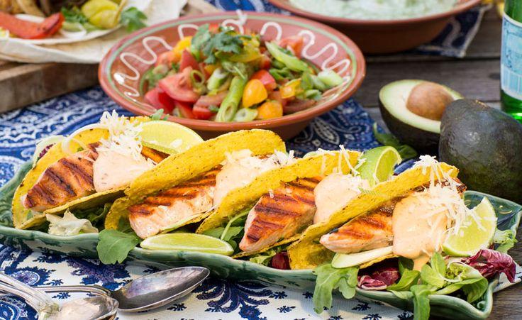 Prova en ny variant av tacos! Dessa är fyllda med grillad lax, färska grönsaker och hemmagjord chilimajonnäs.