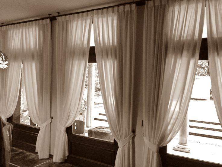 Un esempio di tendaggio che rispetta lo stile classico dell'ambiente in cui è inserito, senza rinunciare ad una linea moderna.