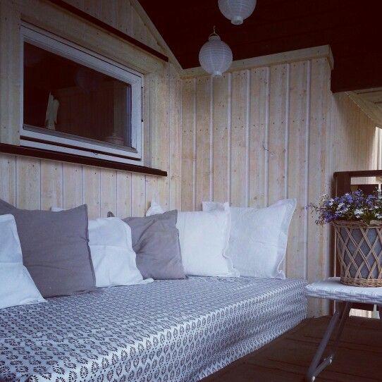 Hjemmelaget daybed av paller, madrass og akrylduk.