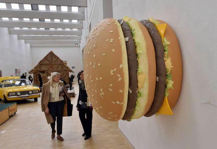 """#lafotodelgiorno  """"Big Big Mac"""" di Tom Friedman per Expo 2015 Milano  (Biennale di Milano - Foto: Matteo Bazzi/Ansa)"""