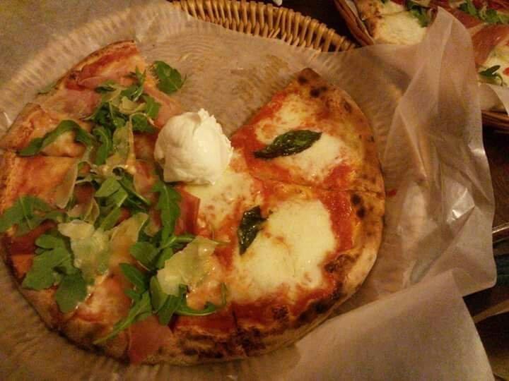 pizzeria da GIGI, pizza con  pomodoro, mozzarella di bufala e rucola. Campagna  #pizza #salerno #italia #ristorante
