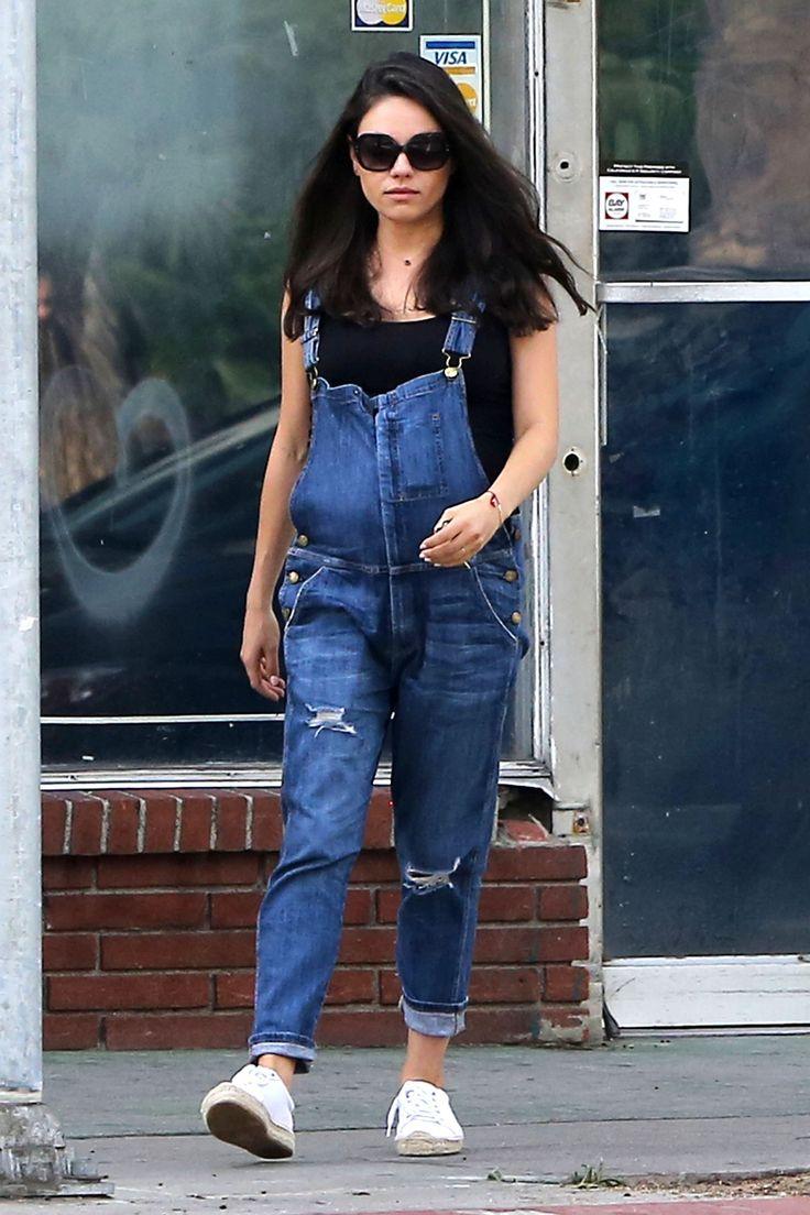 Mila Kunis exibe a barriga da segunda gravidez com look confortável