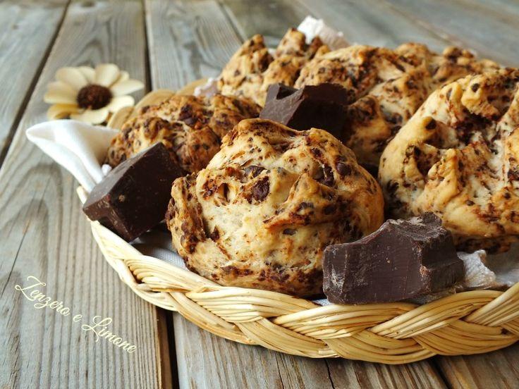 Questi panini al cioccolato sono dei golosissimi bocconcini ideali per la merenda. Si possono mangiare farciti, ma sono buonissimi anche così...senza nulla!