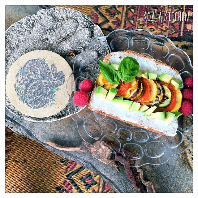 I had this unique piece of toast this morning. ☀️This post would be the last one with the ratatouille that I made on the other day. ☘I will probably make it again soon though.  。 。 。 。 #yummy #earthrainbow #vegetarian #cute #salad #pretty #foodie #corvallis #yahoofood #sunny #thursday #oregonstate #cleaneat #toast #breakfast #avocado #colorful #ランチ #oregon #大学生 #アメリカ #野菜 #野菜たっぷり #おしゃれ #ベジタリアン #おうちカフェ #ビーガン #朝ごはん #おうちごはん #healthy