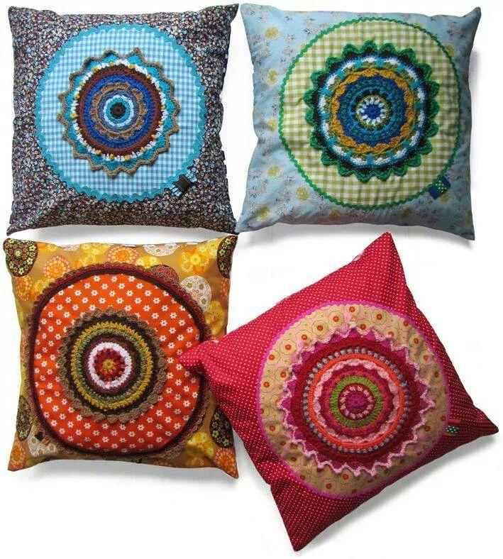 Bellos almohadones con apliques en tela y crochet mandala