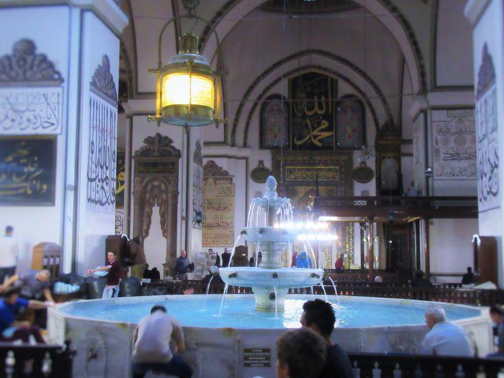 Bursa- Ulu Cami, akşam namazı  vakti huzur ve dinginlikle bezenmiş koşuşturmaca..