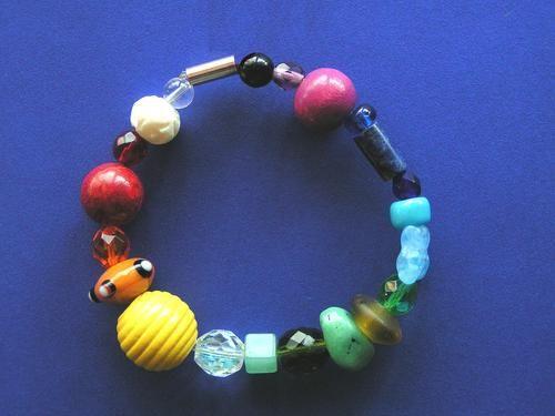 Bunter Armschmuck by wunderbarundwertvoll, Ein buntes Armband mit echten Steinen,  Holzperlen und Glassteinen. Aufgezogen auf dehnbarem Nylonfaden. ...