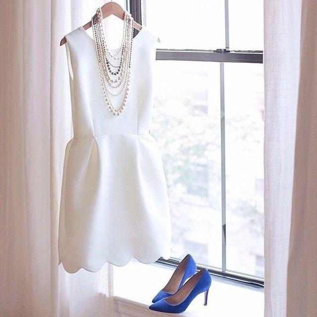 Beautiful outfit with something blue for an engagement party or a city hall wedding.    ❤️ Look lindo para o noivado ou casamento civil. Detalhe para o something blue.