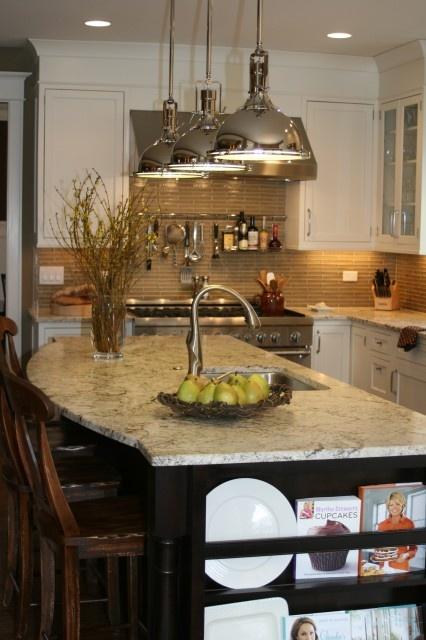 love this kitchenBack Splashes, Kitchens Design, Lights Fixtures, Traditional Kitchens, Kitchens Ideas, Kitchens Lights, Kitchens Islands, Pendants Lights, White Cabinets
