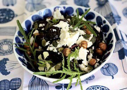 Uunipunajuuri-juustosalaatti