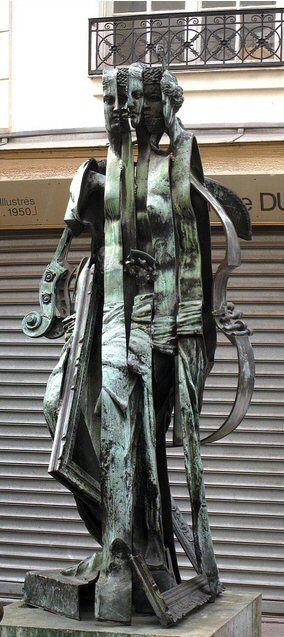 la Vénus des Arts rue Jacques-Callot Paris 6e une œuvre de l'artiste français Arman en bronze, conçue en 1992,. Elle représente une forme féminine sur laquelle sont apposés des instruments de musique et de peinture.