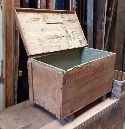 """Caja De Madera Antigua  ---  Cajón de madera con bisagras, antigua, para restaurar, con interior forrado de verde y papel de periódico en la tapa. Tiene la inscripción en stencil """"25 MILITARES"""" ---  Dimensiones: 81x48x55cm ---  Ref:R0564  ---  Realizamos envíos  ---  Comparte en tu red social   ---  P.V.P 45€"""