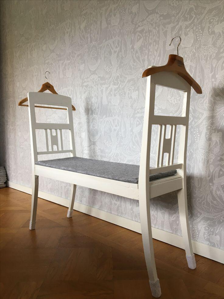 DIY herrbetjänt / sovrumsbänk av två avsågade stolar