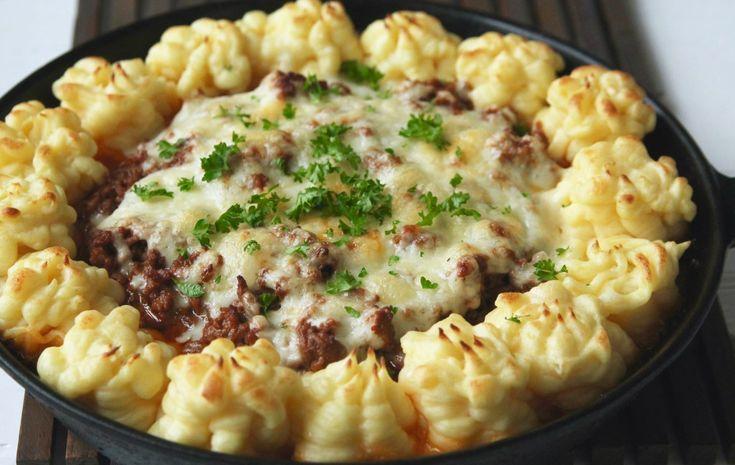 Här är en allt-i-ett-panna en middag som är perfekt att laga om man har lite köttfärsås över från dagen innan. Se till att köttfärsåsen inte är för lös, den ska vara krämig och smakrik. Denna täcker till 4- 5 personer beroende på hur mycket man äter. Det här behöver du … Läs mer