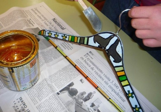 Decorar Perchas: http://www.manualidadesinfantiles.org/decorar-perchas/