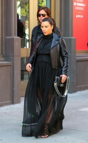 Kim Kardashian con abito lungo Nina Ricci, giacca Valentino e borsa Chanel