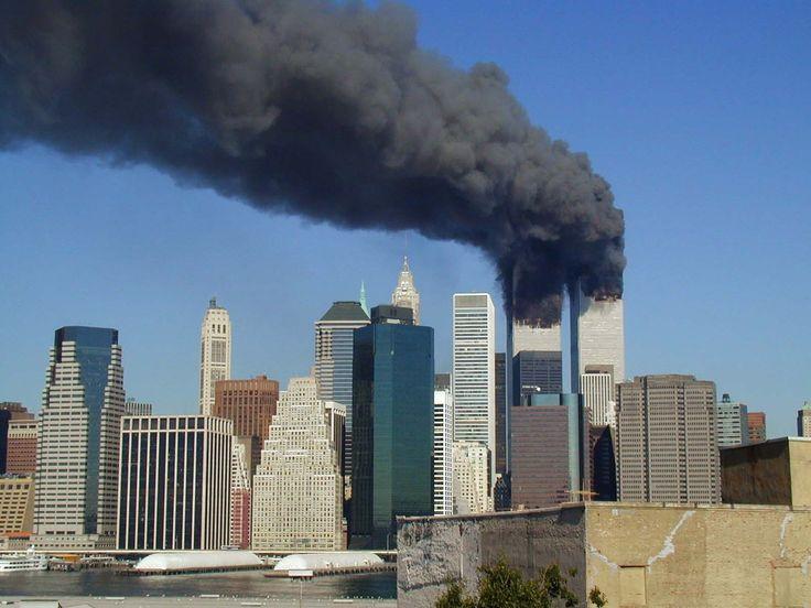 Le World Trade Center en feu, avant l'effrondement des deux tours, lors attentats du 11 septembre 2001.