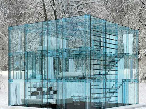 De Italiaanse architect Carlo Santambrogio en designer Enno Arosic ontwierpen deze twee glazen huizen van zachtblauw gekleurd glas