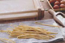"""I maccheroni alla chitarra, sono un formato di pasta tipico della cucina Abruzzese che consiste in spaghetti a sezione quadrata; la loro preparazione avviene con un telaio rettangolare di legno di faggio, chiamato """"chitarra"""", che deve il suo nome al fatto che lungo i suoi lati più lunghi, sono tesi dei sottili fili metallici, che ricordano appunto le corde di una chitarra. Su questi fili viene stesa la sfoglia di pasta, che pressata con un matterello, viene tagliata in striscioline a sezione…"""
