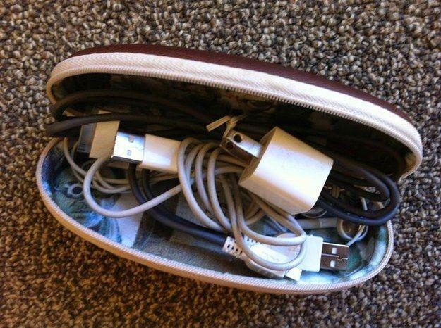 Tenha um estojo de cabos e objetos eletrônicos. | 16 dicas para arrumar suas malas como um profissional