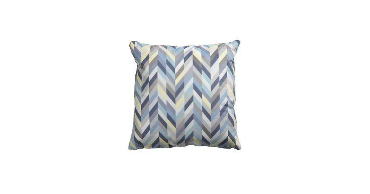 Peak pillow har et grafisk motiv som er tilsatt fine pastellfarger. Dette er enkel måte å tilføre sofaen og stua nye farger på.