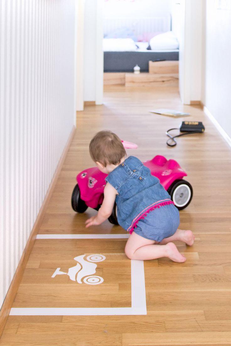 Witzige DIY-Idee gegen Langeweile im Kinderzimmer: Ein ganz eigener Bobby-Car Parkplatz. Mit Druckschablone zum einfachen Nachbasteln.
